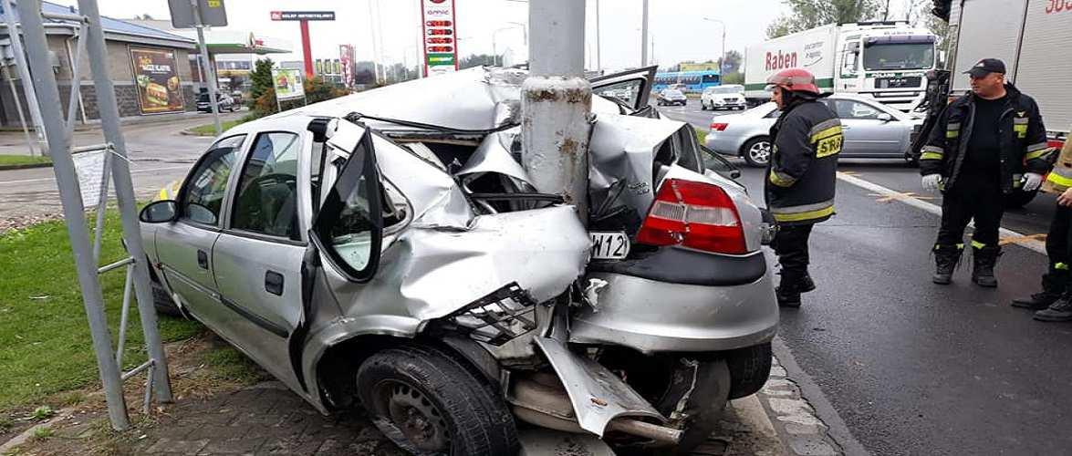 У Вроцлаві авто на величезній швидкості врізалось в ліхтар [+ФОТО]