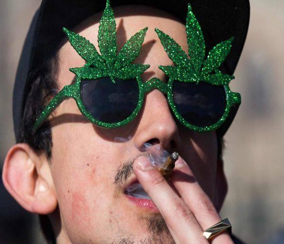 Не в тому місці і не в той час: хлопець в Польщі вирішив покурити «травичку» поряд з поліцейським
