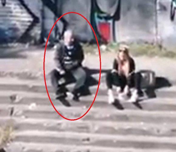 У Вроцлаві розшукують збоченця, який роздягається перед дівчатами просто на вулиці [ФОТО 18+]