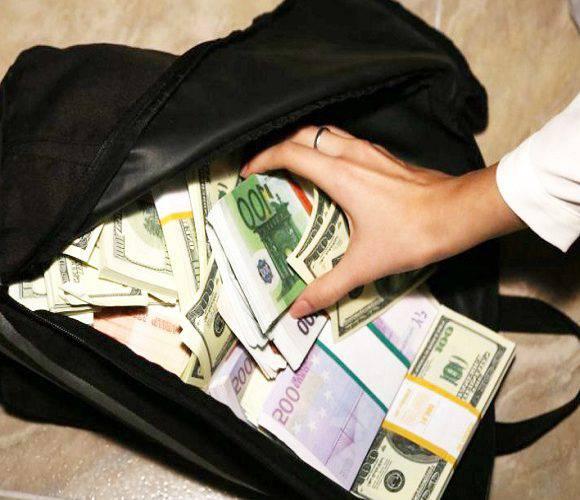 Турист в Польщі знайшов сумку, вщент випхану грошима: поліція шукає власника