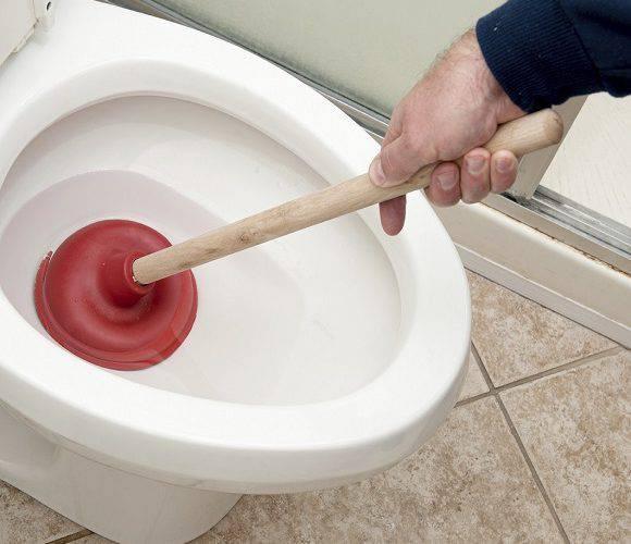 Будь обережний під час прибирання: в Польщі вибухнув туалет, а чоловіка залило фекаліями