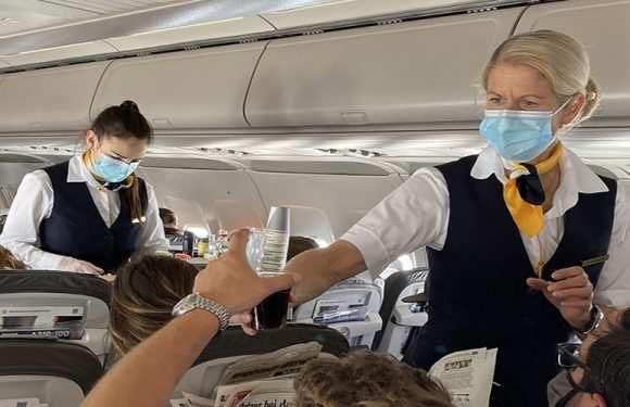 В Польщі пасажирку літака затримала група озброєних військових, бо та… зняла маску