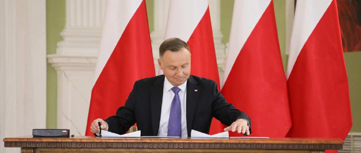 Премії отримають не всі медпрацівники — президент Польщі підписав закон