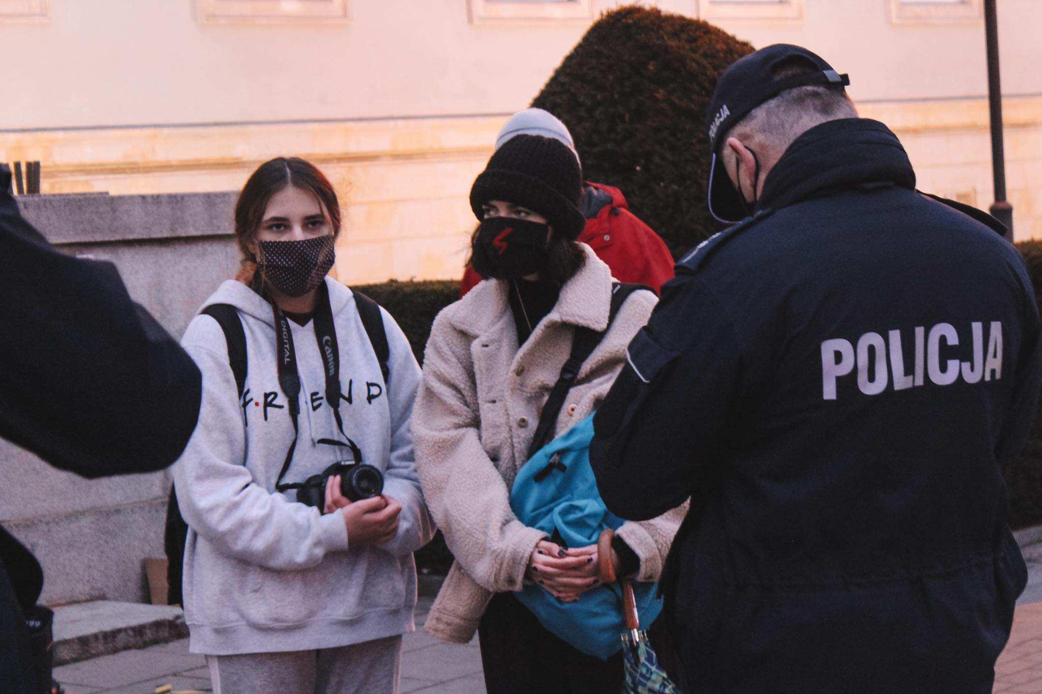 поліція записує дані учасників протесту