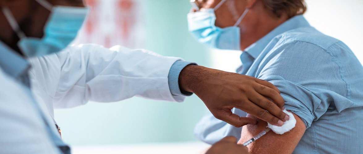Уряд Польщі оголосив, що медики робитимуть щеплення від коронавірусу всім бажаючим