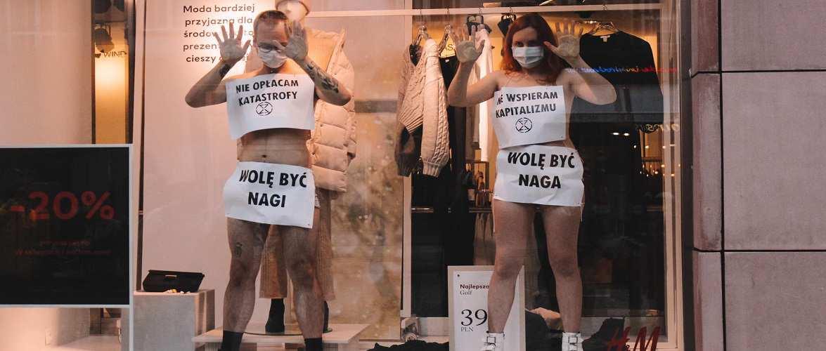 У Вроцлаві за вітриною магазину стояли оголені активісти: як це було? [+ФОТО]