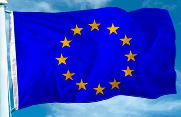 У Польщі вивісили прапори ЄС на знак протесту проти «блокади бюджету Євросоюзу»