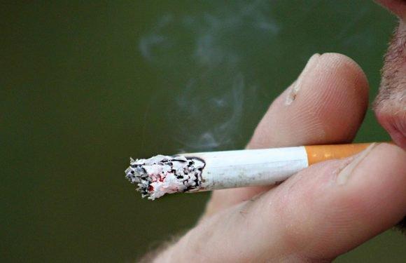 Попався по-дурному: молодий українець в Польщі закурив цигарку з «травичкою» перед поліцією