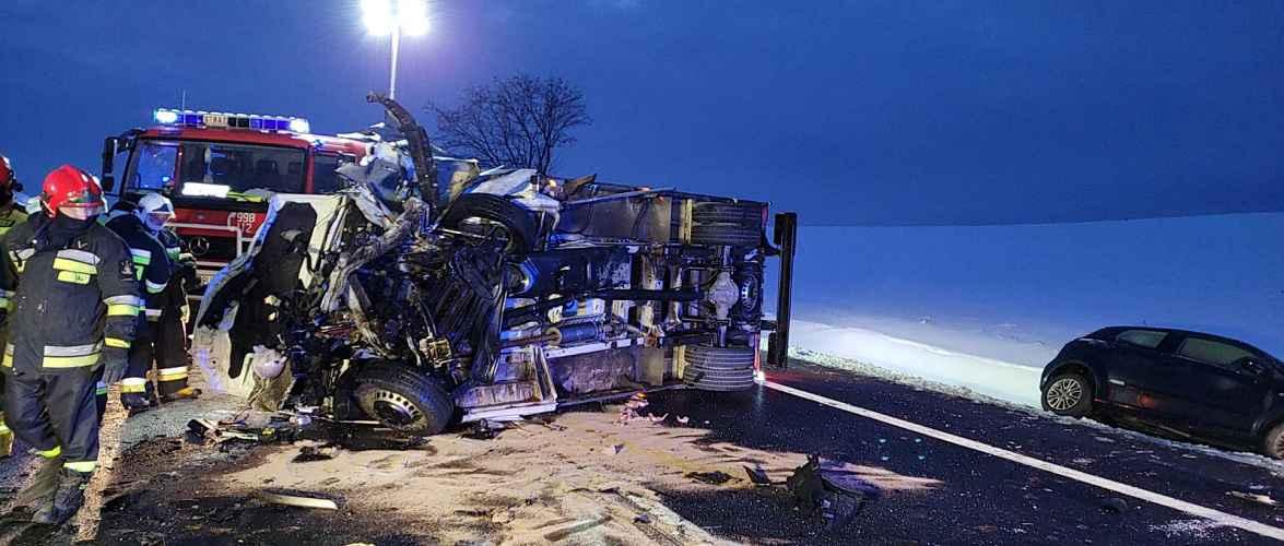 Обережно на дорозі: в Польщі зіткнувся бус з автівкою, двоє людей загинуло [+ФОТО]