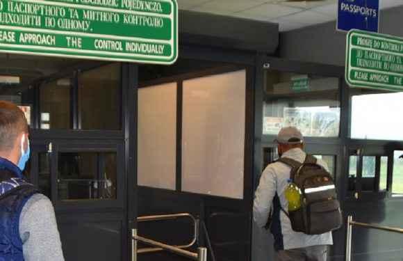 На кордоні в Польщу виявили 30 фальшивих дозволів на роботу
