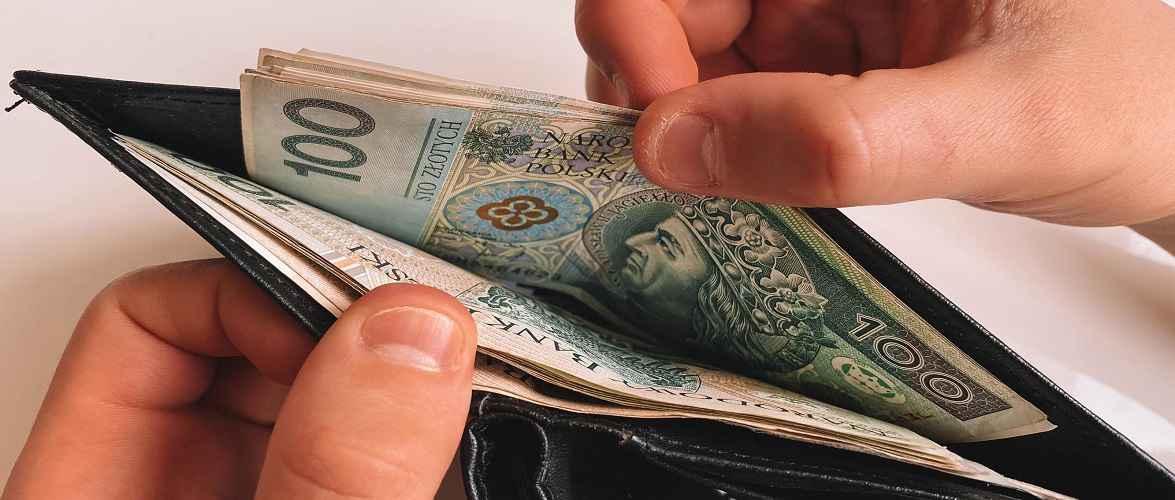 Жінка в Польщі заплатила за покупки фальшивими грошима: може сісти на 8 років