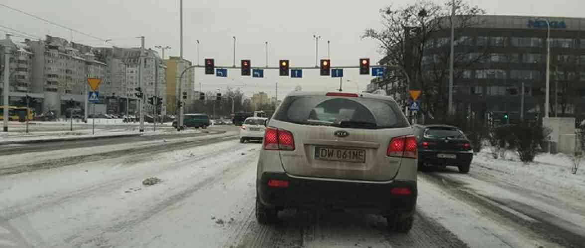 Через сніг та ожеледицю у Вроцлаві утворюються затори на дорогах та сходять з рейок трамваї [+ФОТО,ВІДЕО]