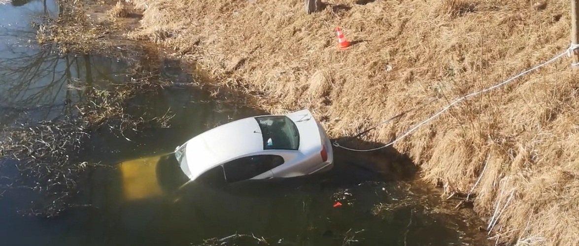 У Польщі автомобіль впав у річку, водій не може згадати чи були пасажири [+ВІДЕО]