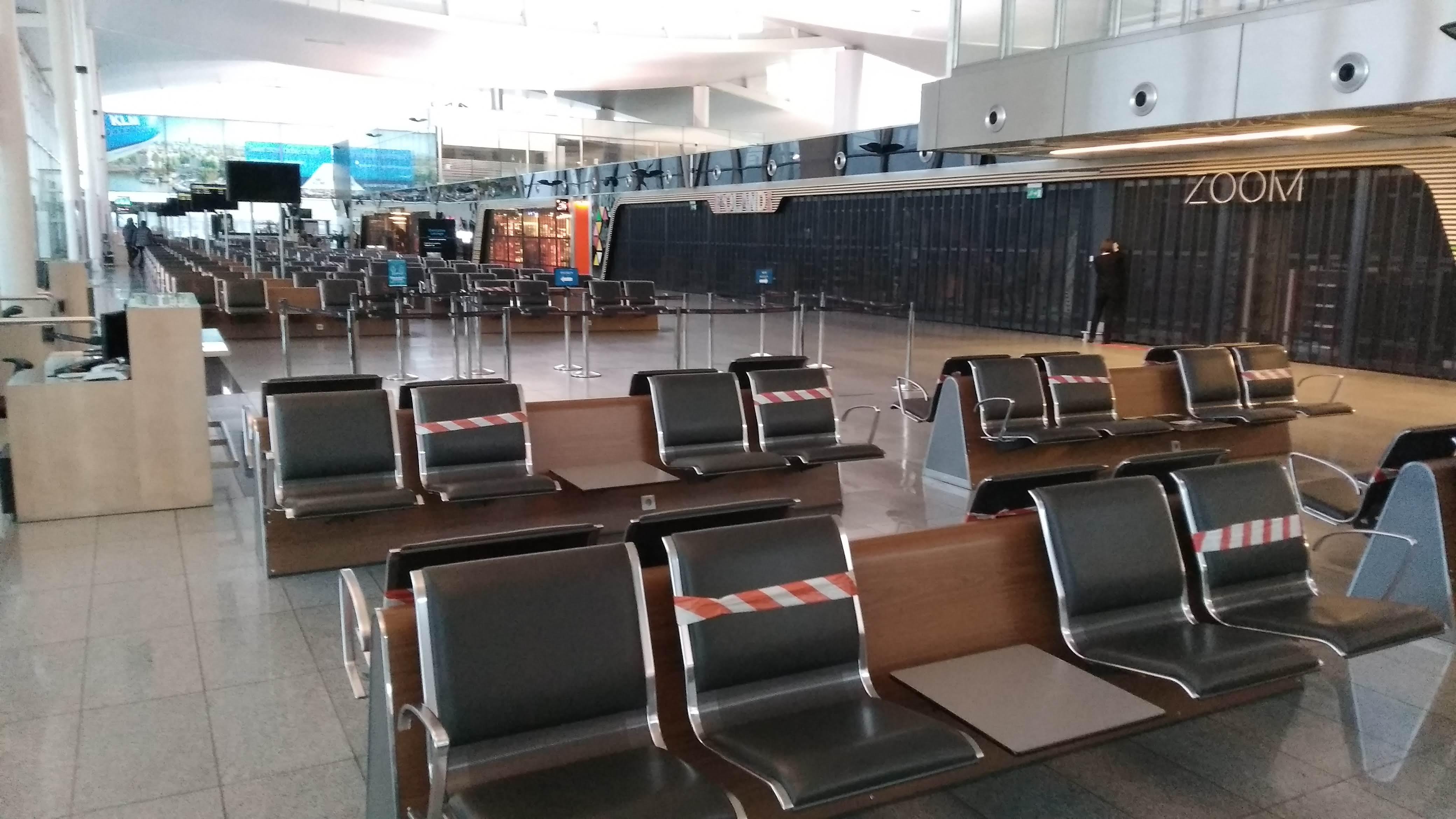 Пустий зал очікування у аеропорті Вроцлава під час пандмії коронавірусу