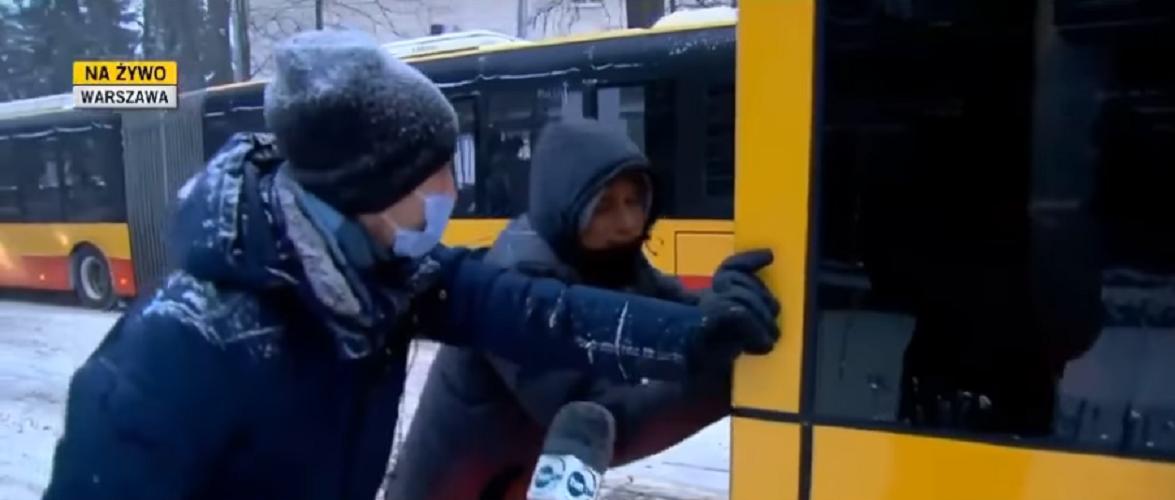 У Варшаві відважний білорус допоміг штовхати автобус, аби той виїхав із заметів снігу [+ВІДЕО]