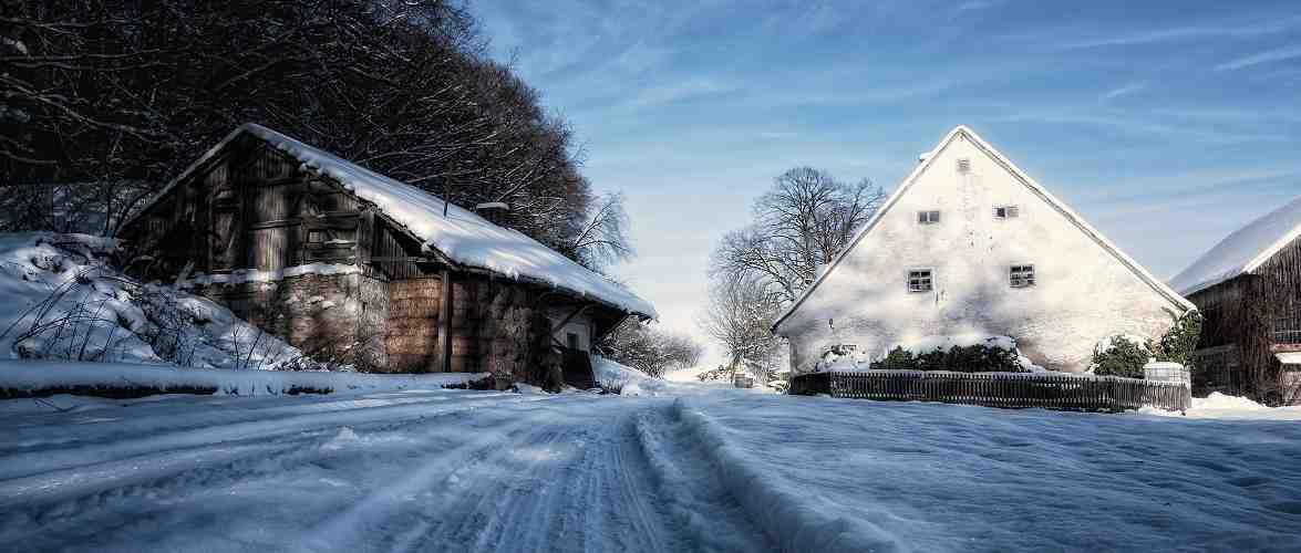 В Польщі сніг засипав дім: чоловік залишився без їжі, води і не зміг вийти