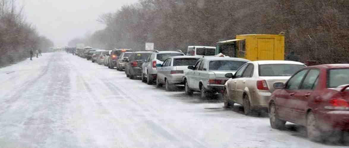 На кордоні в Гребенному величезні черги: вантажівки чекають по 10 годин