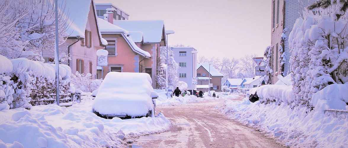 Живеш у Польщі в будинку? Мусиш прибрати сніг біля дому, бо отримаєш штраф