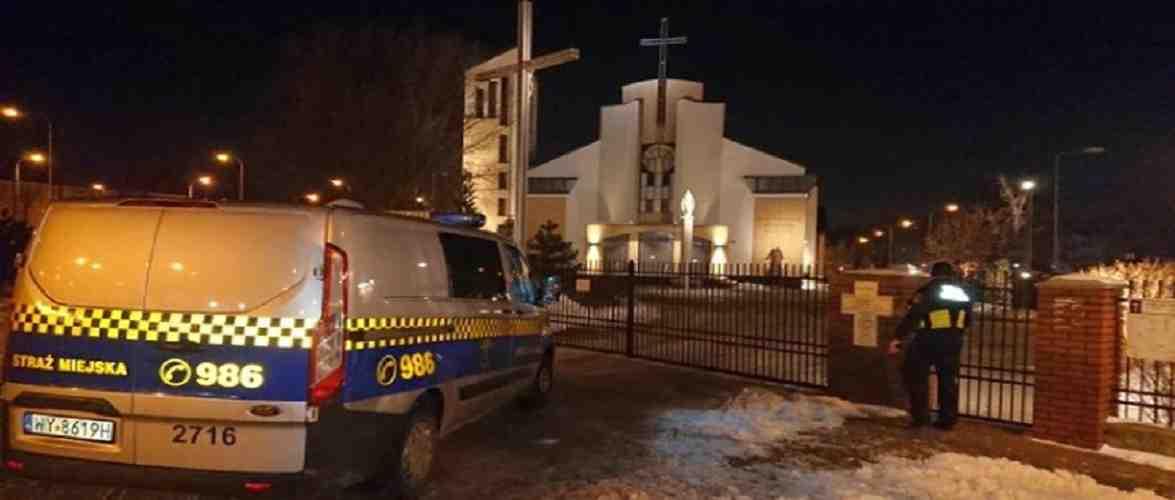 У Варшаві поліція врятувала чоловіка, якого закрили в туалеті у костелі