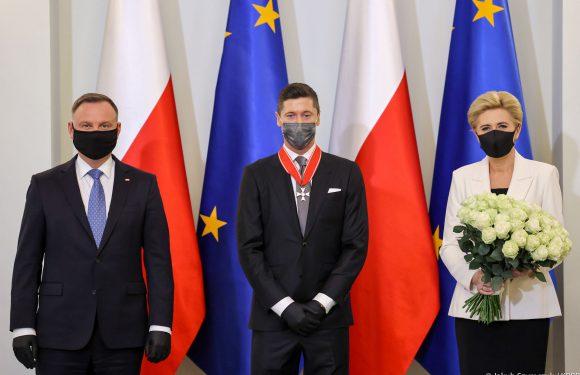Роберт Левандовски получил награду от президента Польши Анджея Дуды