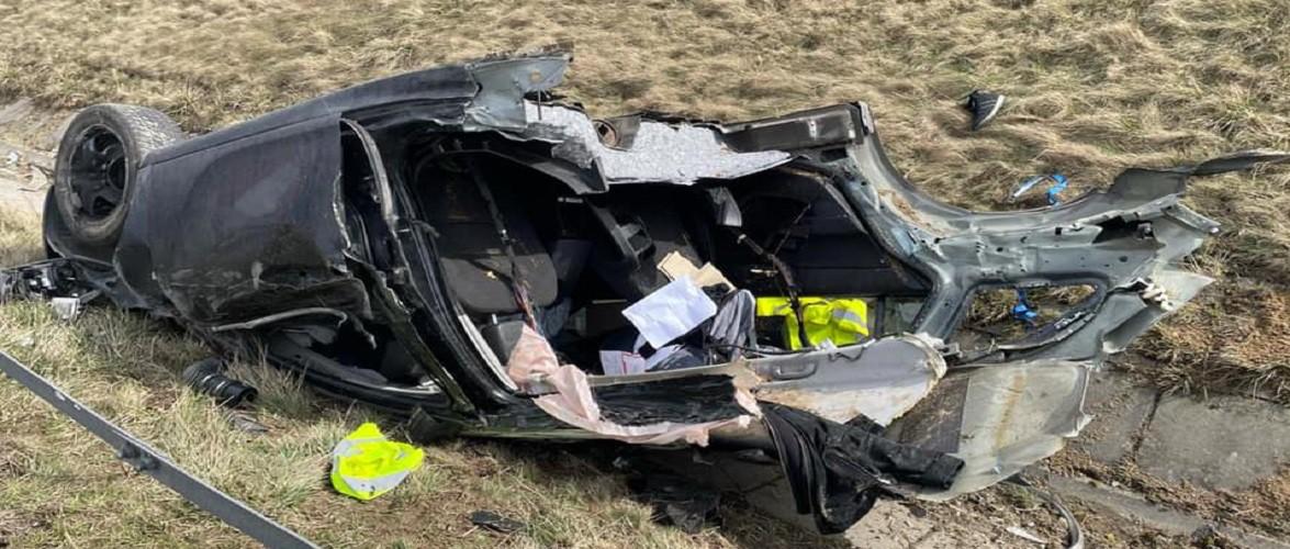 У Польщі розшукують водія, авто якого під час руху розвалилося на дві частини [+ФОТО]