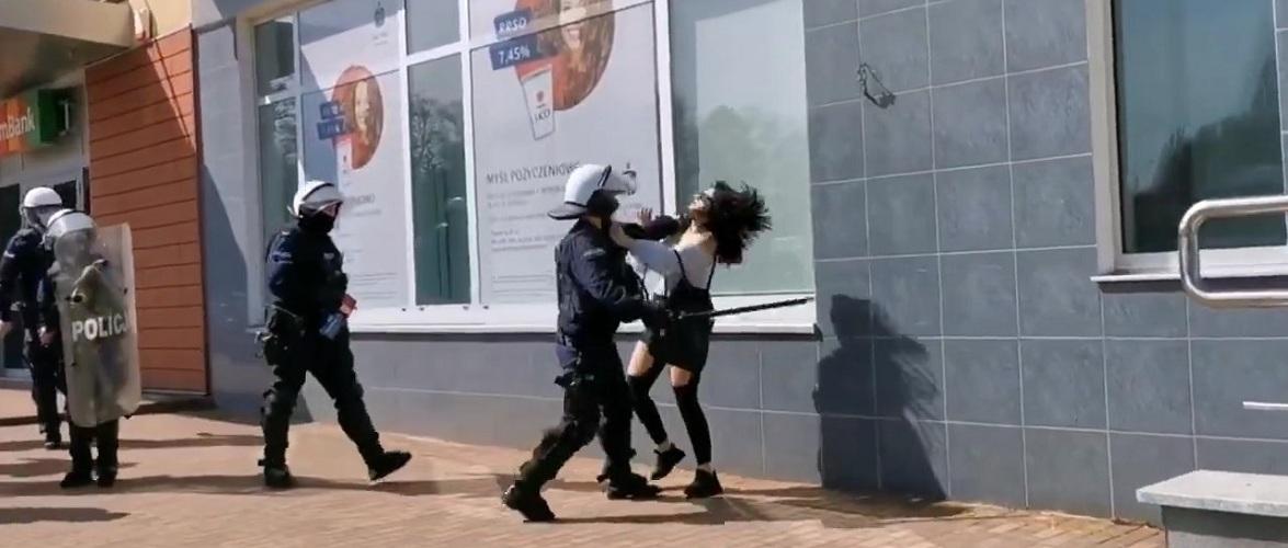 У Польщі на демонстраціях проти обмежень поліцейський побив жінку [+ВІДЕО]