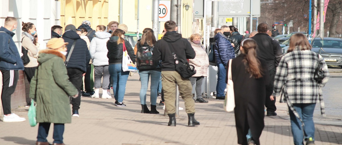 МОЗ Польщі прогнозує, коли можна буде зняти маски
