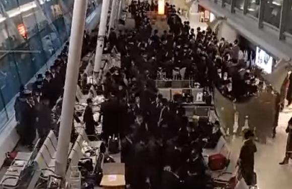 В аеропорту Варшави євреї влаштували гучні танці і співи [+ВІДЕО]