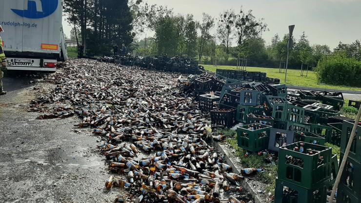 На трасі в Польщі розбилися тисячі пляшок пива: водія вантажівки оштрафували