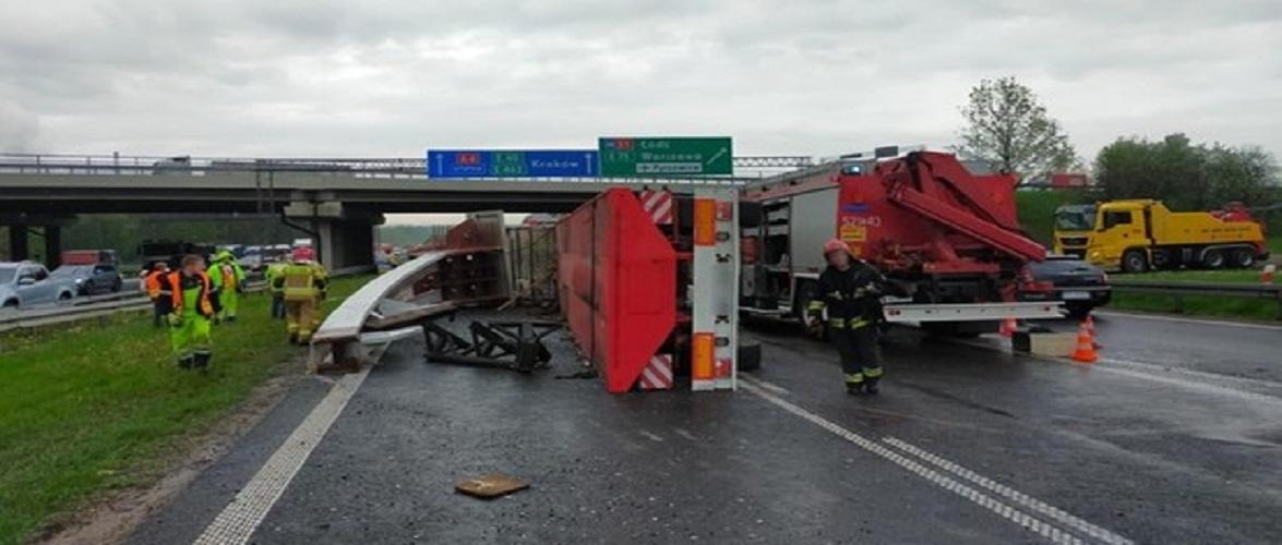На автостраді в напрямку Кракова перекинулась вантажівка, рух заблоковано