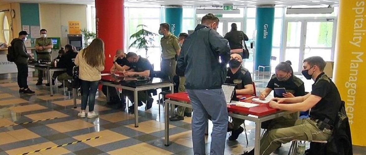 В Польщі затримали 4-х іноземців, які взяли дублерів на іспит зі знання польської
