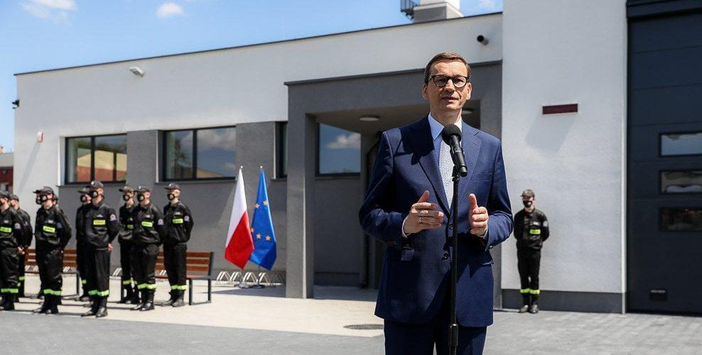Прем'єр Польщі пообіцяв підвищити зарплату медсестрам та акушеркам