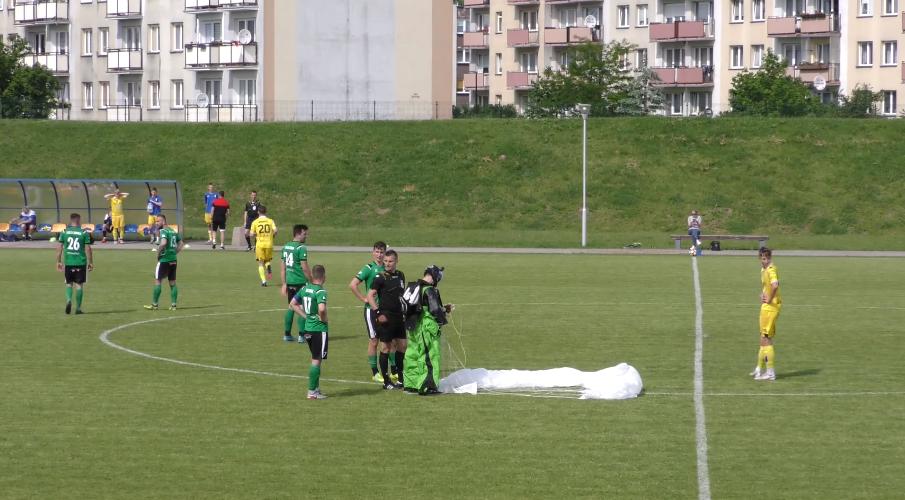 Польський парашутист приземлився на футбольне поле, де саме тривав матч [+ВІДЕО]