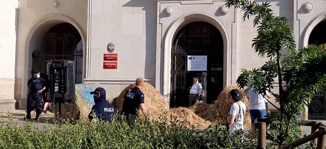 Польські фермери вилили гноївку перед входом в міністерство