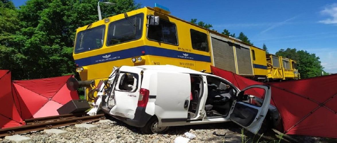 В Польщі жінка в'їхала автівкою під потяг і загинула