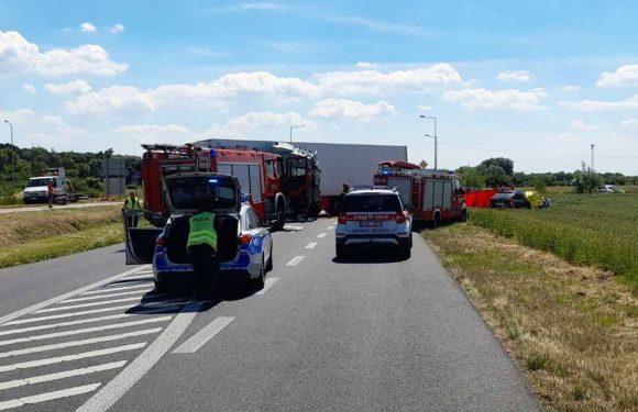 Страшна аварія в Польщі: вантажівка врізалась в авто, загинуло 5 людей