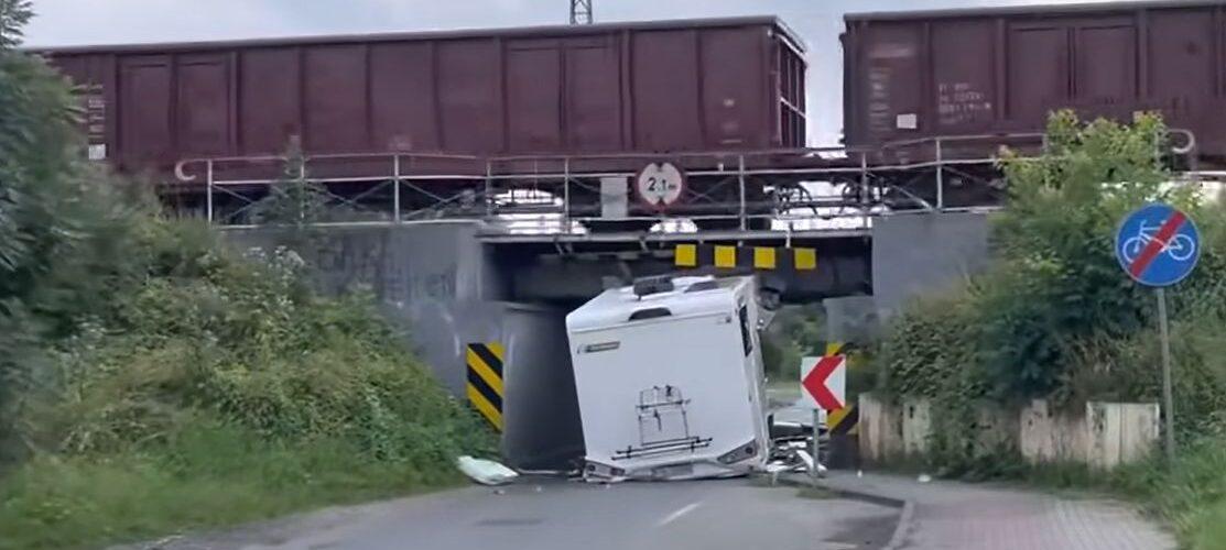 Водій в Польщі не вмістився автівкою під віадуком: знищив нове авто з салону ще й отримав штраф