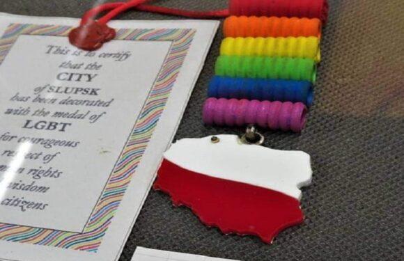 У музеї в Польщі створили виставку з символікою ЛГБТ: є нагорода для геїв, терновий вінець та намисто у формі члена [+ФОТО]