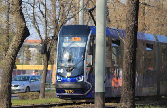 У Вроцлаві жінка впала під трамвай, бо задивилась в телефон [+ВІДЕО]