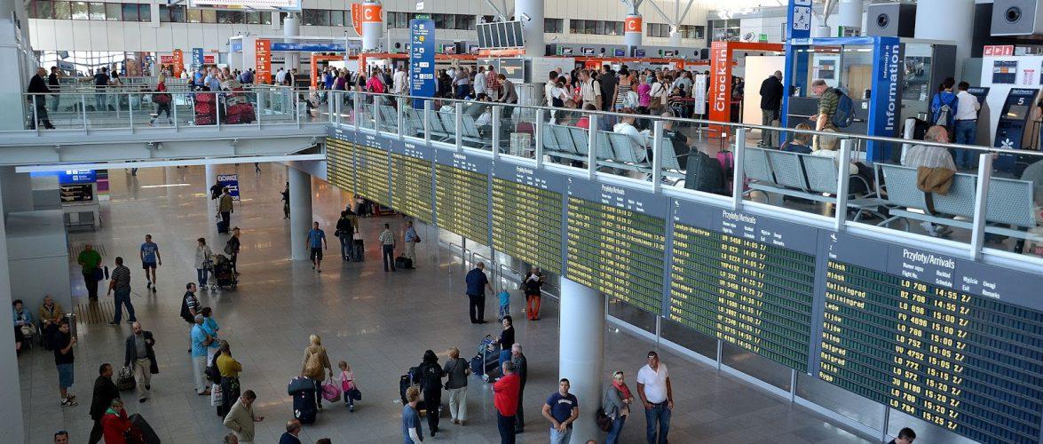 В Польщі естонського дипломата не впустили на борт літака, бо той не вдягнув маску