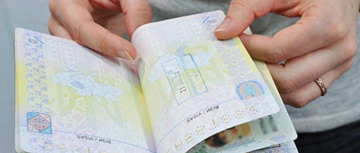 На польському кордоні затримали українку, яка наставила собі 14 фальшивих печаток