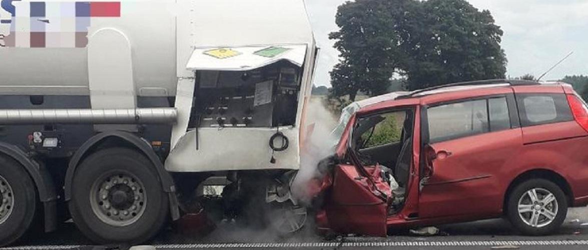 В Польщі автомобіль в'їхав у цистерну з киснем