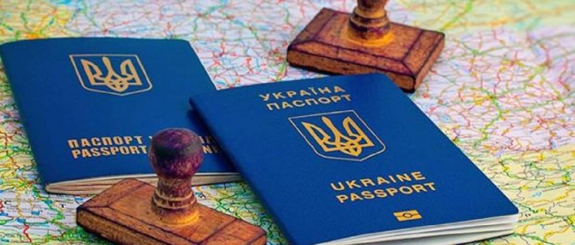 ЄС закликає Україну припинити видавати 2 закордонні паспорти