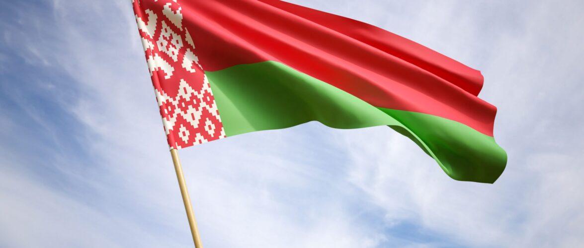 В Польщі невідомі потоптали білоруський прапор: влада Білорусі шукає злочинців і порушила кримінальну справу
