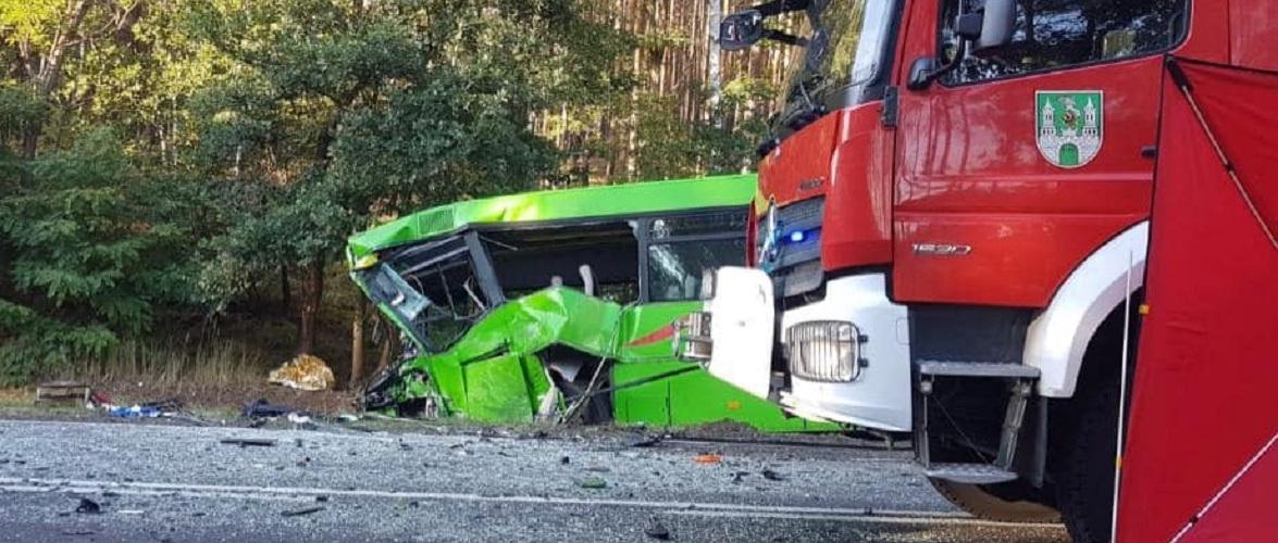 У Польщі лобове зіткнення швидкої з автобусом — одна людина загинула, 26 в лікарні