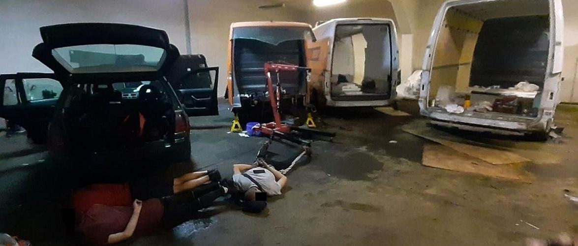 У Польщі затримали трьох громадян України — розбирали викрадені у Німеччині мікроавтобуси