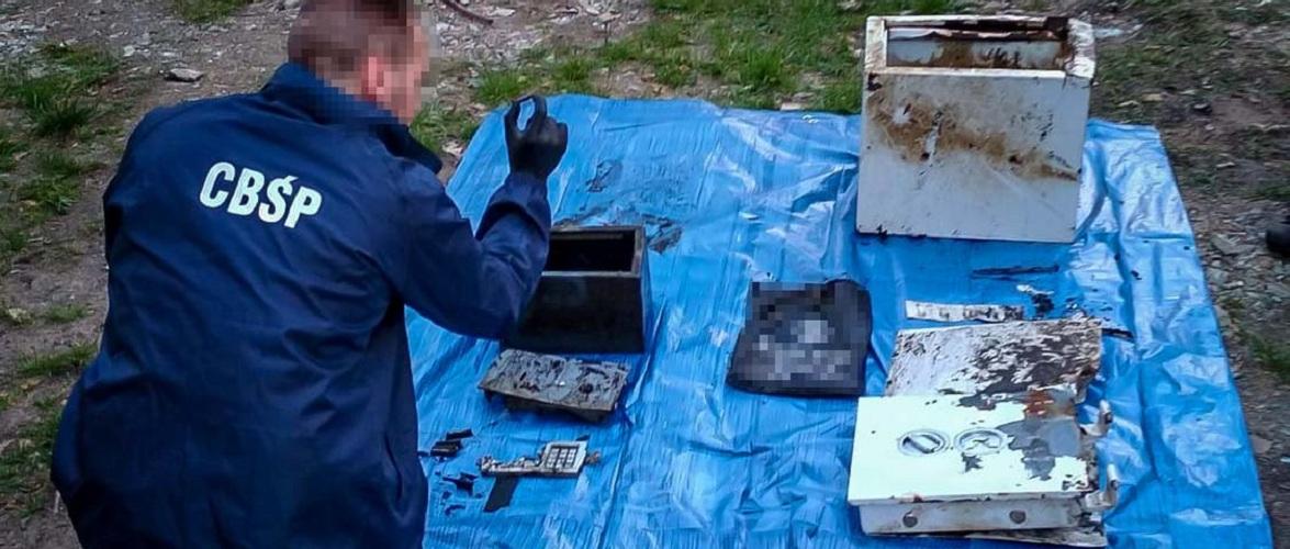 У Польщі в озері знайшли сейфи з грошима [+ВІДЕО]