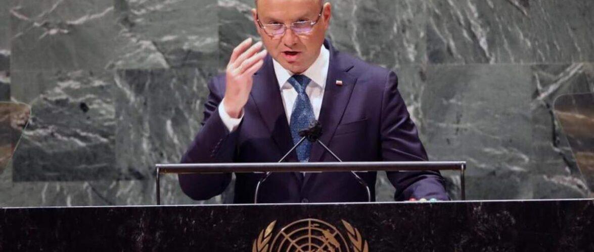 Президент Польщі заявив, що влада Білорусі змушує мігрантів «переходити кордон під кийками»