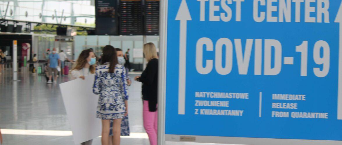 В Польщі пропонуватимуть третю дозу вакцину двом категоріям людей