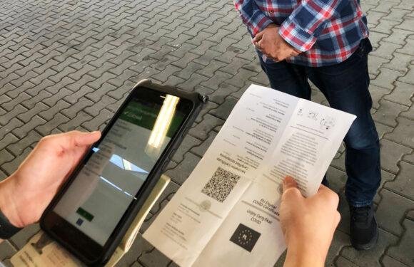 На українському кордоні з допомогою спеціальної техніки перевіряють ковідні сертифікати [+ФОТО]